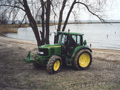 Maart 2004 hebben wij een nieuwe John Deere 6220 in gebruik genomen. Deze trekker is voorzien van voorasvering. Dit zorgt voor een goed rijcomfort. Ook is de trekker voorzien van fronthefinrichting en aftakas, waardoor hij breed inzetbaar is.