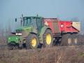 Januari was een maand waarin wij veel grond hebben verzet. Dit is te zien op de foto van onze John Deere 6920 met nieuwe Beco Gigant 200 grond dumper, genomen in Spijkenisse. (Januari 2005)