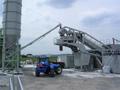 Onze verreiker, werkzaam bij de betoncentrale aan de Moerdijk. Dankzij de wendbaarheid en snelheid uitermate geschikt voor de toevoer van de grondstoffen, zodat een soepel verloop van de centrale gewaarborgd is. (April 2005)